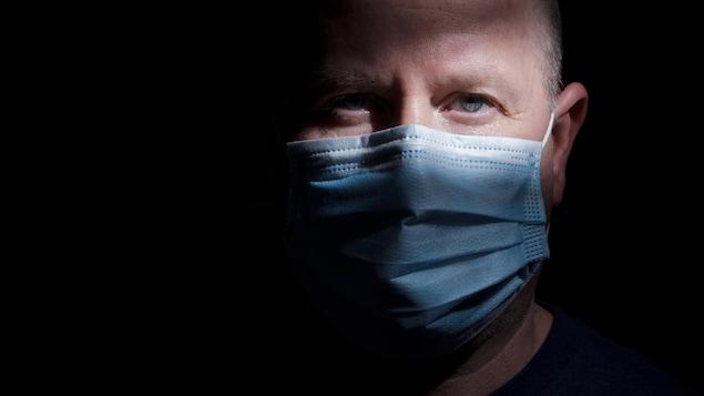 Un homme portant un masque.