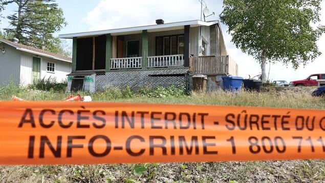 Une scène de crime érigée autour d'une résidence.