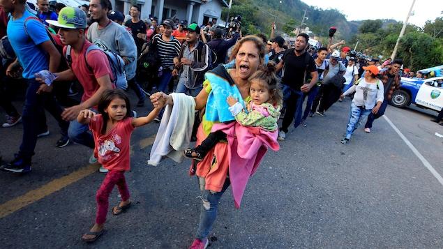 Des Honduriens se dirigent vers le poste-frontière d'Agua Caliente, au Guatemala pour se rende aux États-Unis.