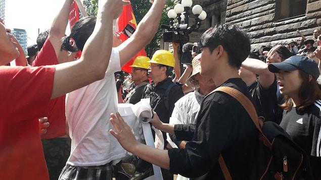 Des manifestants se font face.