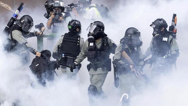 Les policiers tentent de se frayer un chemin vers l'entrée de l'Université polytechnique de Hong Kong où sont réfugiés des protestataires.