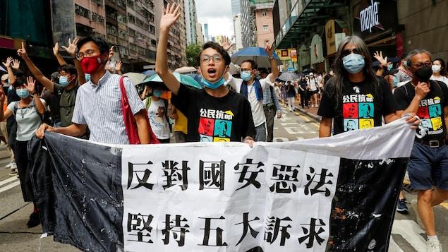 Des Hongkongais manifestent dans la rue.