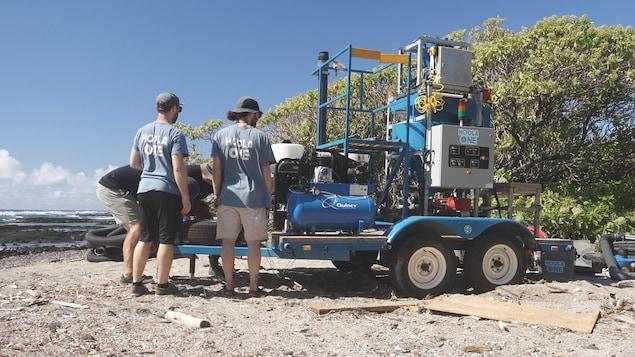 La machine Hoola ONE en train de se faire ajuster par les instigateurs du projet sur plage.