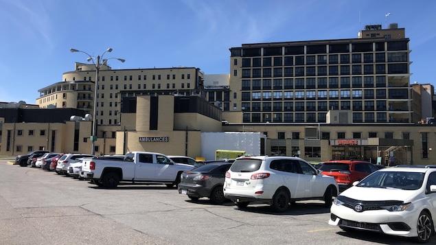 Le stationnement d'un hôpital.