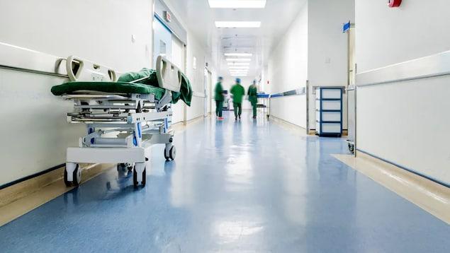 حمّالة في ممرّ أحد المستشفيات.