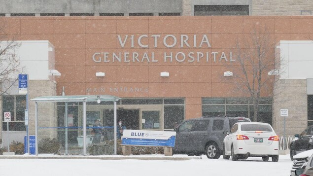 De la neige tombe devant l'Hôpital Victoria.