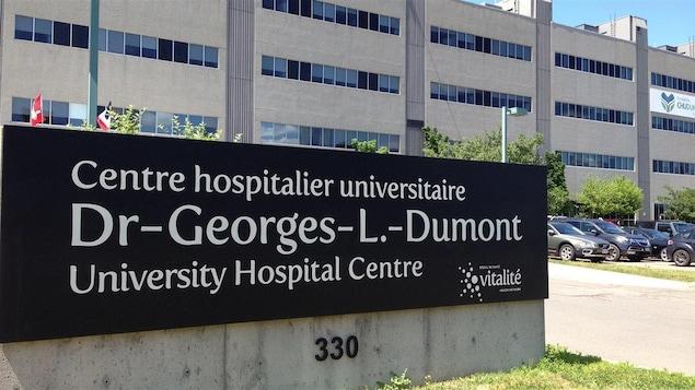 L'enseigne et la façade de l'hôpital, un grand édifice en béton