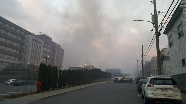 La fumée s'étend jusqu'à l'hôpital de Magog.