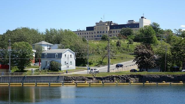 Rivière et route au pied de l'hôpital de Matane