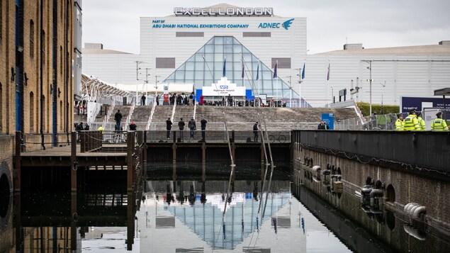 La façade du ExCeL London se reflète sur les eaux la Tamise.