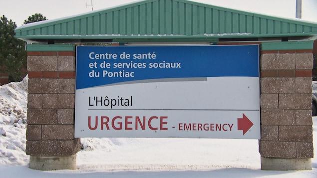 Un panneau bilingue annonçant l'urgence de l'hôpital.