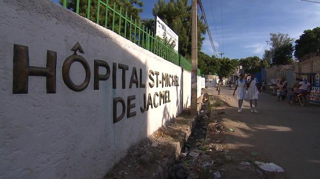Deux employées de l'hôpital St-Michel de Jacmel se promènent près du bâtiment.