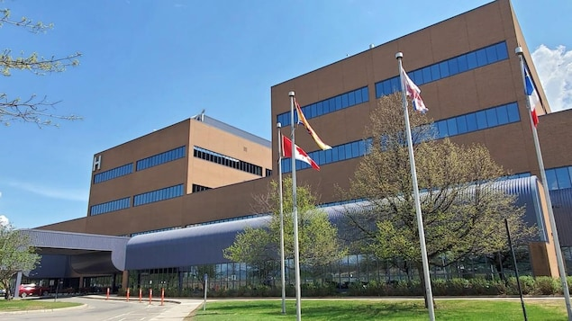 L'Hôpital régional de Campbellton, vu de l'extérieur, en été.