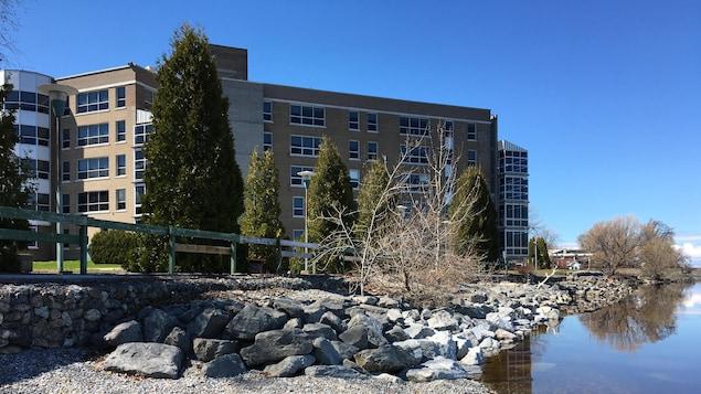 L'hôpital de Roberval vu de la rive du lac.