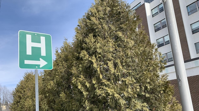 Une flèche sur une pancarte indique la direction de l'hôpital de Rouyn-Noranda au printemps.