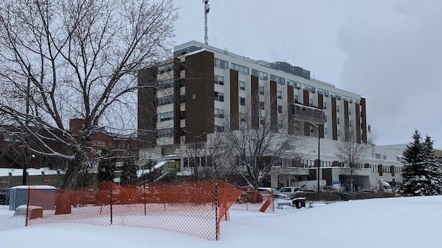 La façade de l'hôpital en hiver.
