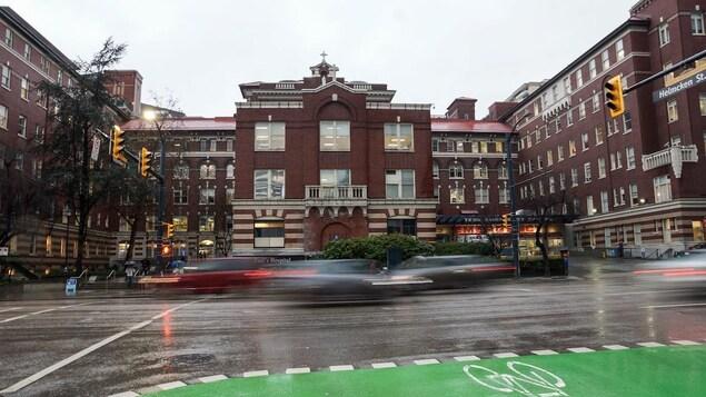 L'hôpital St Paul à Vancouver par un jour de pluie.