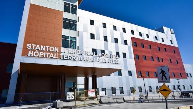 Le bâtiment de cinq étages de l'Hôpital territorial Stanton sous un ciel dégagé.