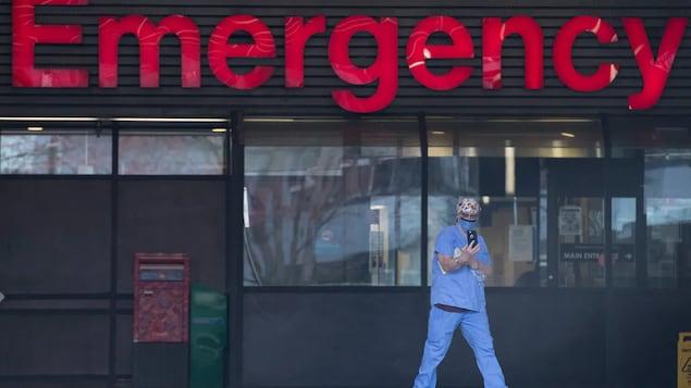 Un personnel soignant devant les urgences de l'Hôpital général de Vancouver