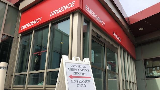 Un panneau indique l'entrée du centre d'évaluation de la COVID-19 de l'Hôpital régional de Windsor.