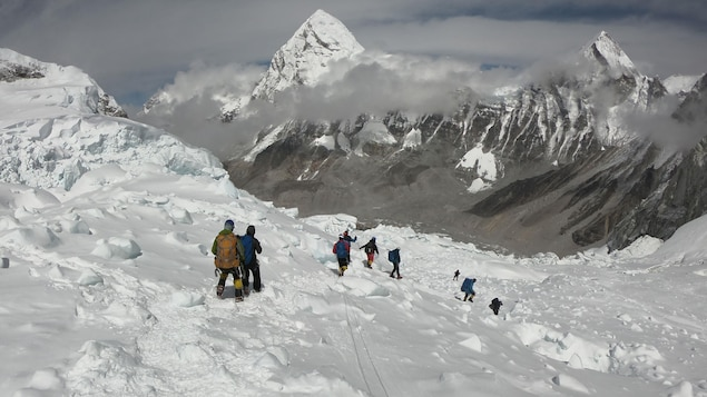 Des alpinistes se préparent à faire l'ascension du mont Everest, au Népal.