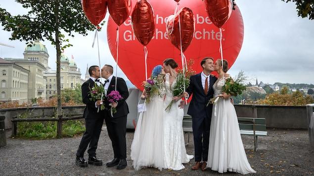 Des mariés s'embrassent.