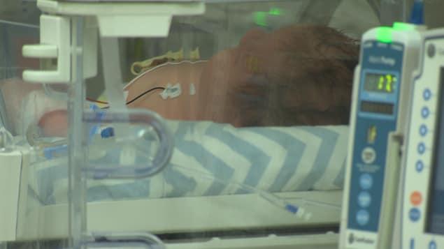 Un bébé dans une unité de soins intensifs