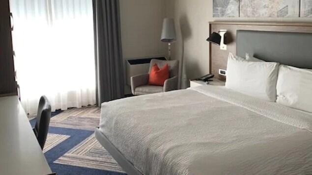 Une chambre d'hôtel est vide.