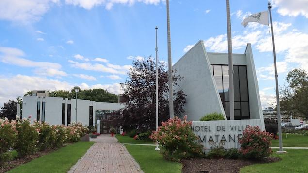 La façade de l'hôtel de ville de Matane, en été.