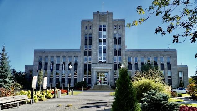 La façade extérieure de l'hôtel de ville de Shawinigan et le petit espace vert en avant.