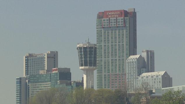 La silhouette des gratte-ciel près des chutes du Niagara