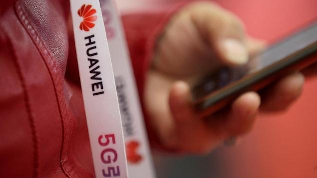 Un ruban porte les mentions « Huawei » et « 5G ».