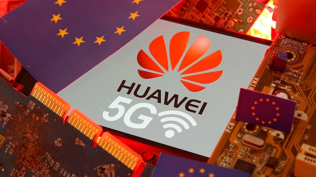 De petits drapeaux de l'Union européenne, le loge de Huawei et la mention 5G trainent parmi des composantes électroniques.