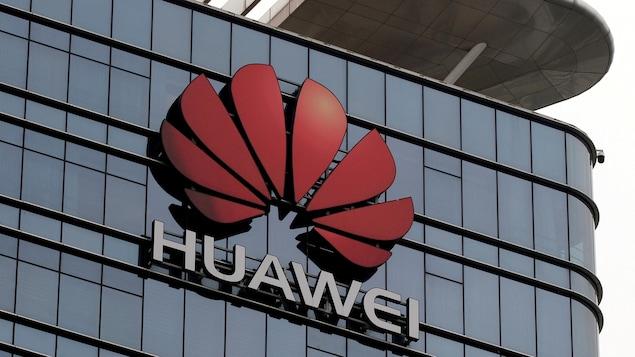 Le logo Huawei sur l'édifice  d'une usine à Dongguan, dans la province de Guangdong.