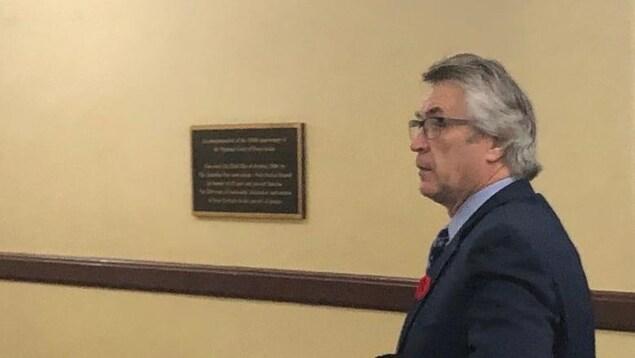 Le député provincial libéral Hugh Mackay, de profil, dans un corridor