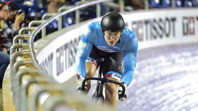 Hugo Barrette en pleine action, sur une piste cycliste.