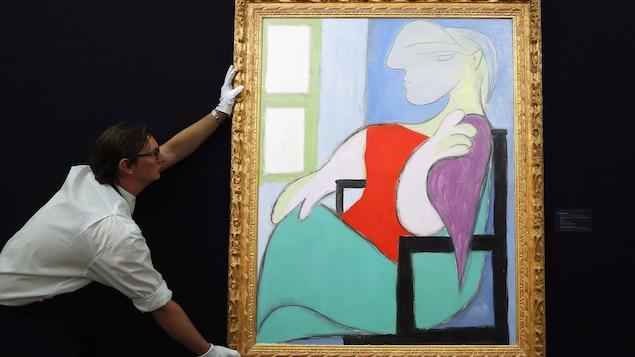 Un employé déplace un tableau de Picasso.