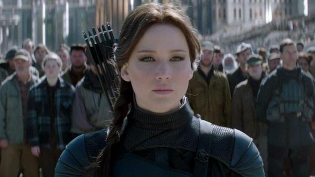 Jennifer Lawrence porte des flèches dans son dos.