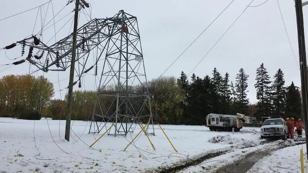 Un pylône électrique cassé.