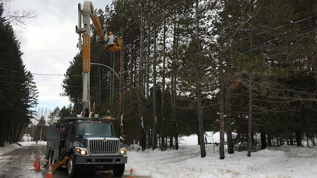 Des employés d'Hydro-Québec au travail sur le chemin des pins à Saint-Louis-de-France.