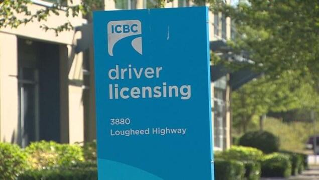 Panneau d'affichage à l'entrée d'un bureau d'ICBC à Burnaby, en Colombie-Britannique