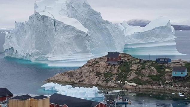 Un iceberg de 100 mètres de haut tout près d'un village du Groenland.