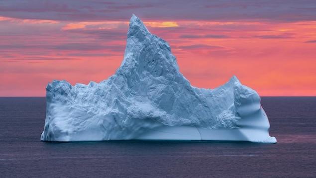 Un iceberg devant le Soleil couchant