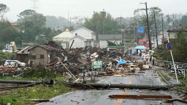 Des maisons, des voitures et des poteaux électriques détruits  après une tornade