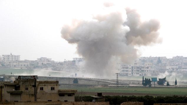 Un gros nuage de fumée s'élevant de Saraqeb.