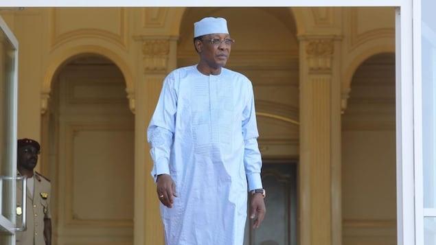 Le président du Tchad, en habit traditionnel, sort de son palais.