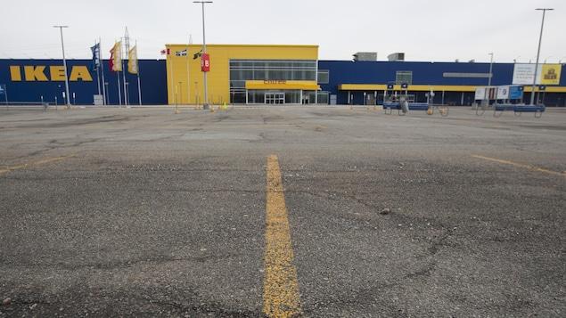 Un stationnement vide près d'un magasin IKEA.