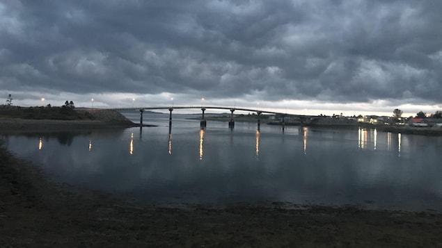 Le pont en début de soirée, sous un ciel nuageux