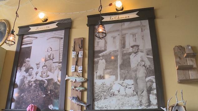 Deux photoraphies de famille encadrée et accrochée sur un mur de la galerie