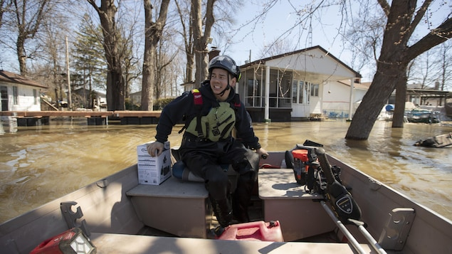 Le plombier Olivier Ishii-Landry se déŽplace en hors-bord pour effectuer ses rŽéparations.